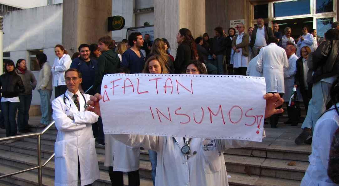 Personal sanitario venezolano protestando.